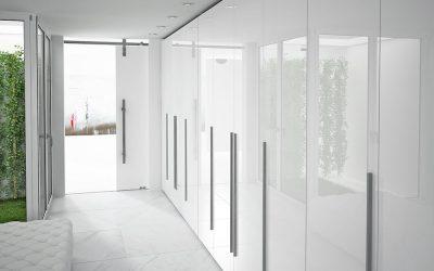 Armario a medida con puertas abatibles efecto brillo.