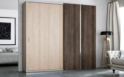 Armario con puertas abatibles y efecto madera.