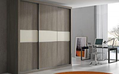 Armario combinado con puertas correderas y efecto madera
