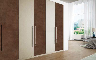 Armario empotrado con puertas plegables efecto madera.